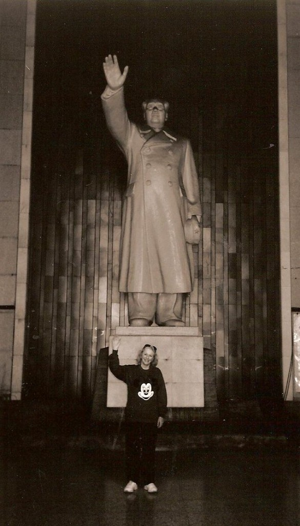 Beverley in front of the Chairman Mao statue on the Nanking Bridge